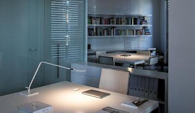 Esta lámpara flexo de Vibia es ideal como luz de reforzamiento.