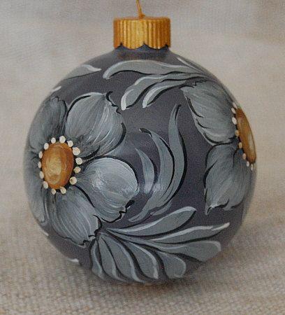 bola navidad pintada a mano con pincel.