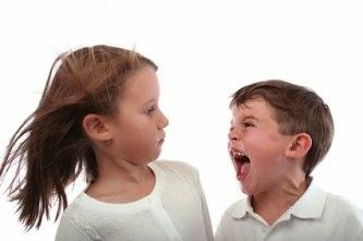 Niño gritandole a niña