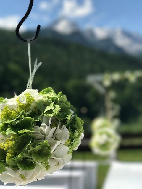 Blumenkugel, Hochzeit in Apfelgrün und Weiß im Riessersee Hotel Garmisch-Partenkirchen, Hochzeitshotel in Bayern, heiraten in den Bergen am See