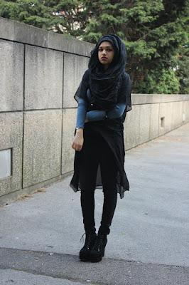 Sepatu boot dan celana jeans yang cocok untuk hijab