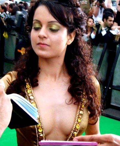 Kangana Ranaut Wardrobe Malfunction, Kangana Ranaut in sexy dress, Kangana Ranaut hottest pictures, Kangana Ranaut at IIFA
