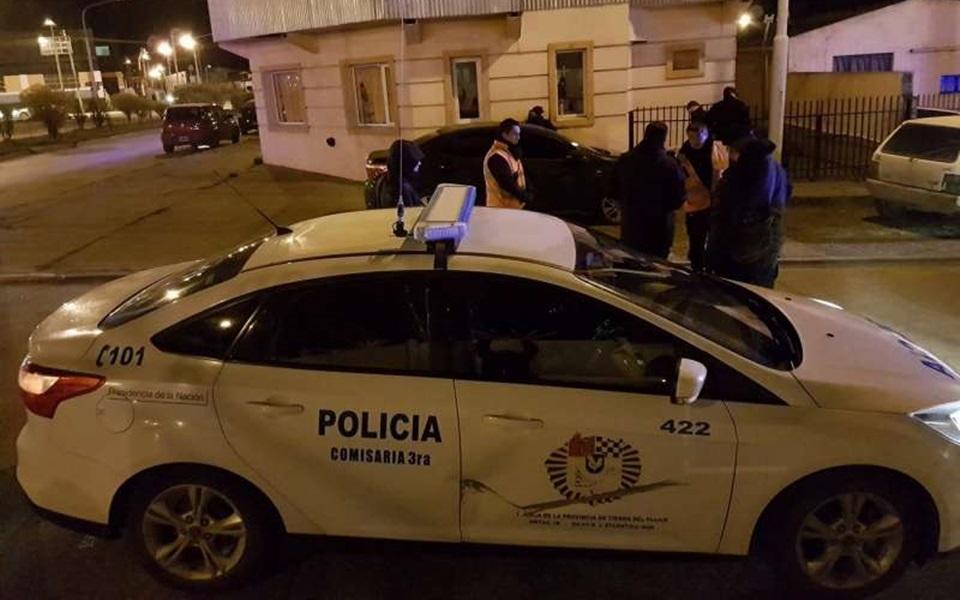 Pareja detenida luego de huir de la policia