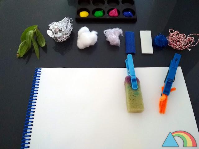 Pinceles caseros hechos con pinzas de la ropa y papel de aluminio, algodón, papel film, fieltro, etc.