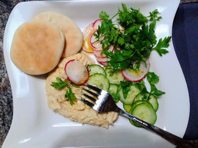 Homus, salada e pão sírio
