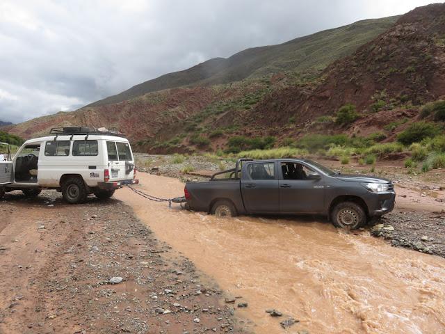 Mit einer guten Tat begannen wir den Tag ... wir zogen das Auto der Mine aus dem Fluss dann ging es nach Casa Grande weiter, wo meine Arbeiter abgeholt werden mussten.