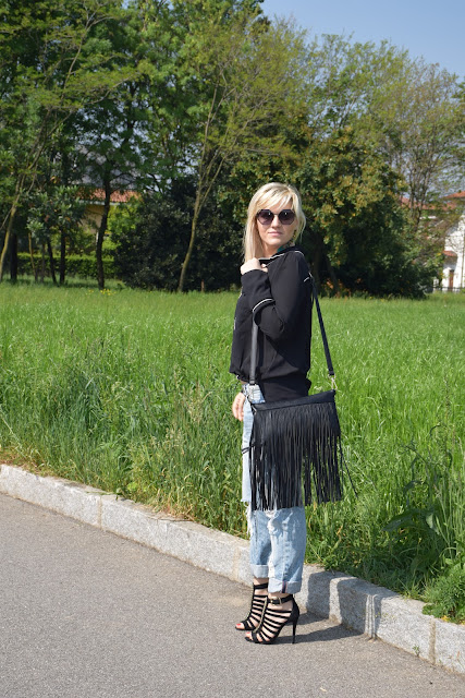 borsa con frange outfit nero black outfit how to wear black how to combine black how to match black april outfit spring outfit mariafelicia magno fashion blogger color block by felym fashion bloggers italy italian fashion bloggers fringed bag