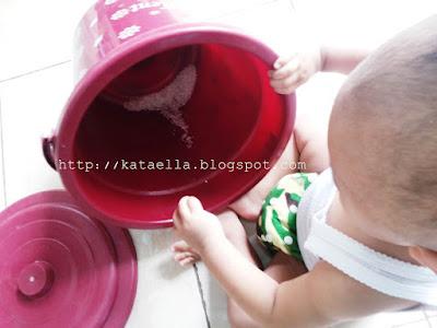 Sebelas bulan membersamaimu, ulang tahun anak, bang Alif, mainan anak-anak, sebelas bulan, bayi sebelas bulan, perkembangan bayi sebelas bulan, Ella Nurhayati, http://kataella.blogspot.com