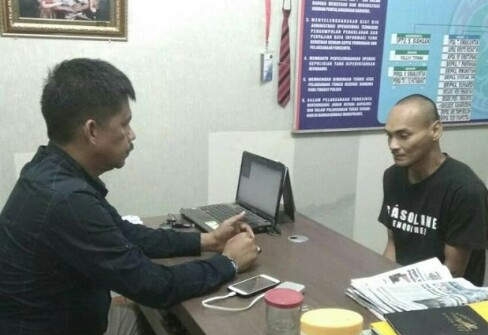Doni warga Sei Dadap Asahan tersangka pengedar narkoba saat diperiksa polisi.