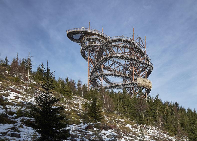 Un pintoresco Skywalk en una cima de montaña en la República Checa con un tobogán de 100 metros de altura