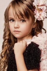 Gaya Rambut Ikal Gelombang Anak Perempuan