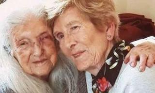 Γυναίκα 83 ετών συνάντησε για πρώτη φορά τη μαμά της που είναι 103 ετών - BINTEO