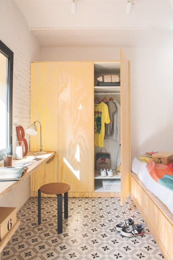 Dormitorio con armario a medida y escritorio volado