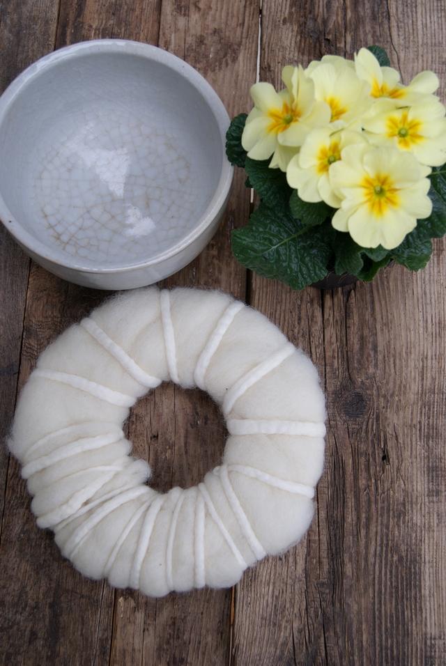 Pappscheibe mit Filzwolle und Filzschnüren umwickeln