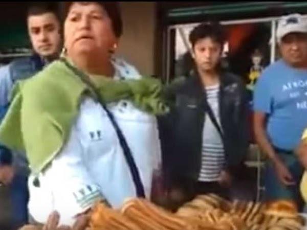 """Inspector trata de quitar mercancía a ambulante y ciudadanos lo increpan: """"Chinga a otros"""""""