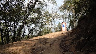 A trilha para o Mirante do Cruzeiro é adornada com imagens da Via Crúcis.