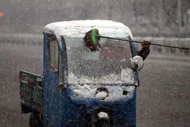 Как убирать снег с лобового стекла без дворников во время движения