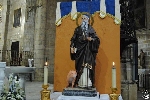 Bendición de la imagen de San Antonio Abad en la Parroquia de Santiago el Mayor de Alcalá de Guadaíra