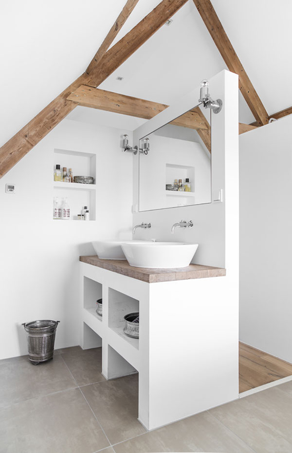 Neo rustic bathroom of Danielle de Lange. Photo by Paulina Arcklin
