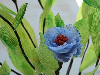 fiori di carta crespa blu e foglie verdi per un matrimonio eco friendly
