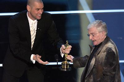 Jim Carrey entregando o Oscar Honorário para Blake Edwards