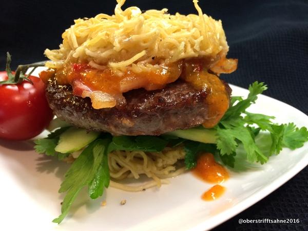 Burger mit Noodles Bun und Aprikosen Chutney