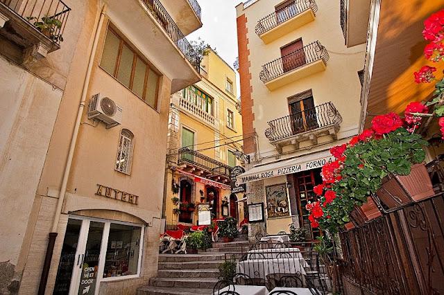 Prédios pelas ruas de Sicília na Itália