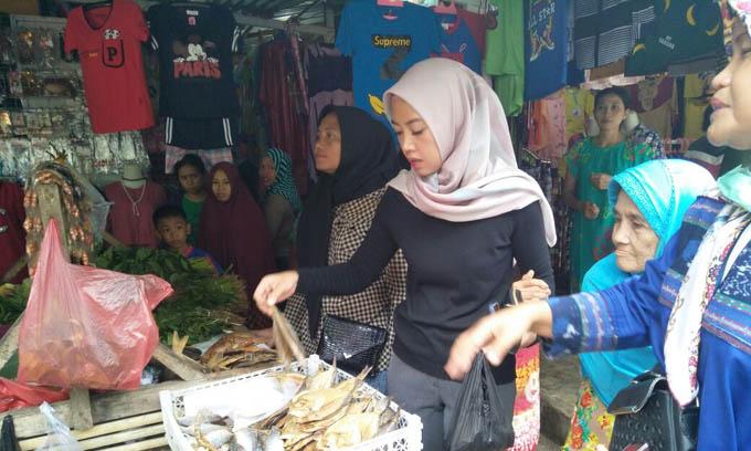 Tampil Sederhana, Indira Banyak Dipuji Pengunjung Pasar Sukaria