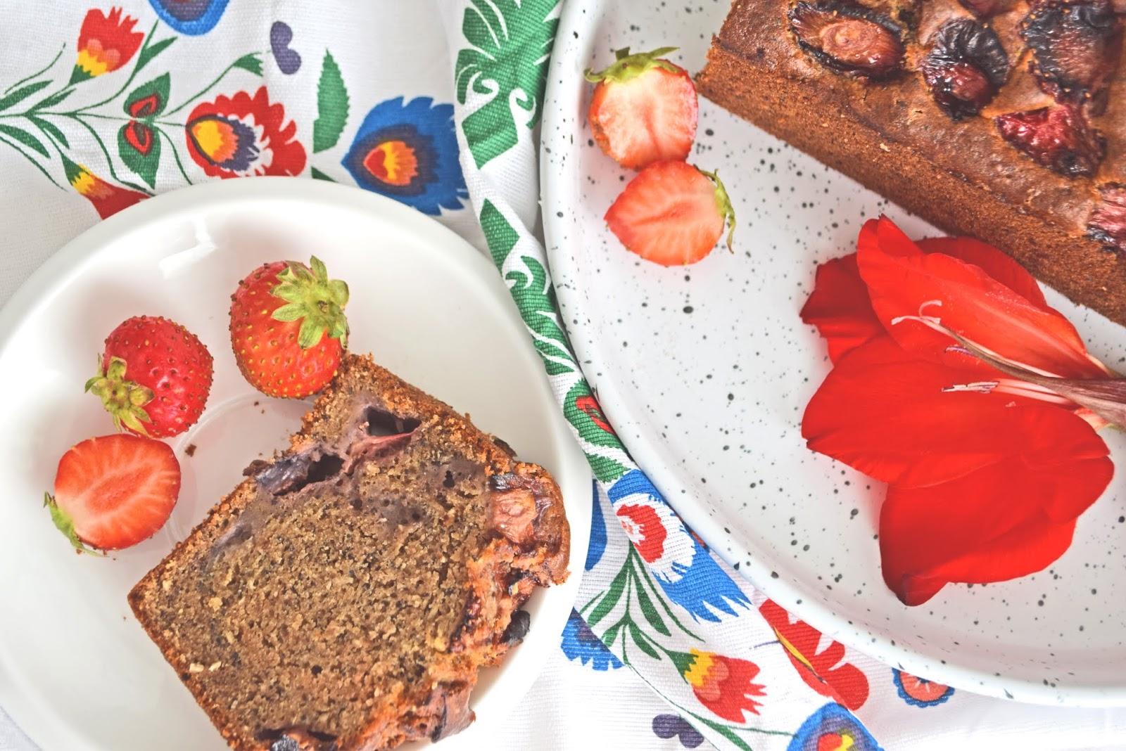 Wegańskie bezglutenowe ciasto z truskawkami