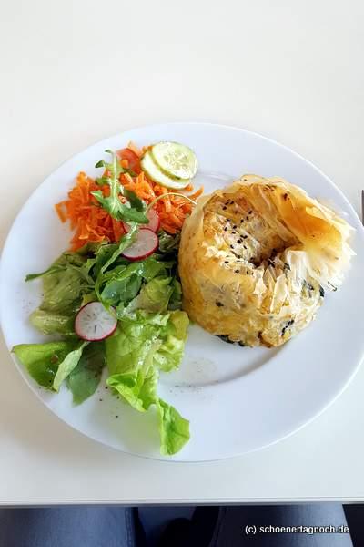 Röschti im Filoteig mit grünem Salat im Glashaus in Karlsruhe