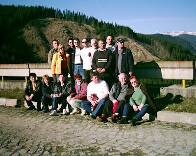 Turneul de Scrabble Voineasa 2004. Grup de scrabbleri in drum spre Lacul si barajul Vidra, Voineasa, Valea Lotrului