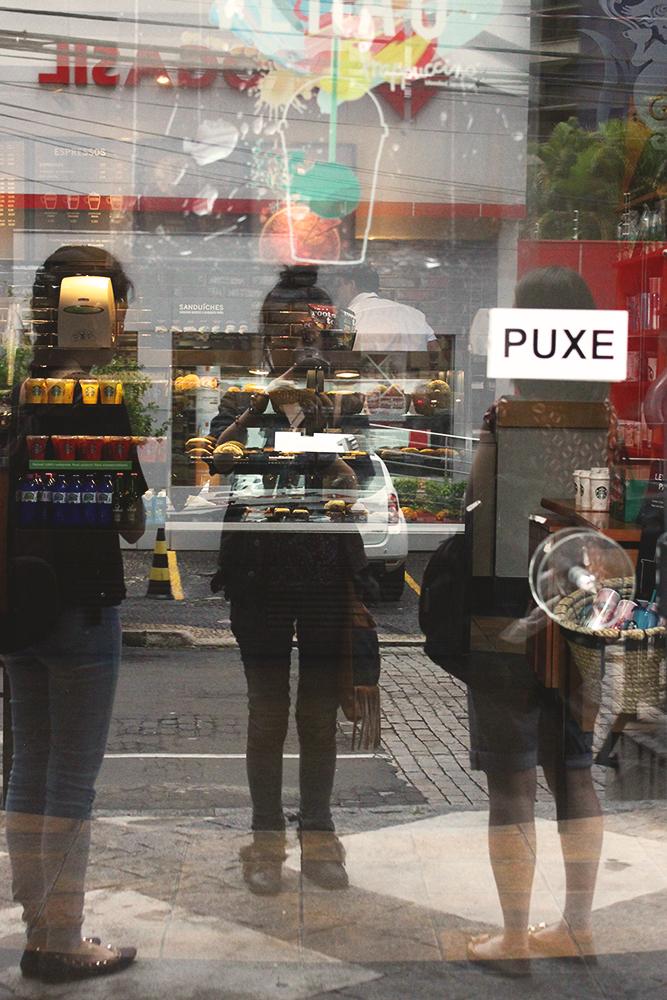 reflexo entrada cafeteria starbucks
