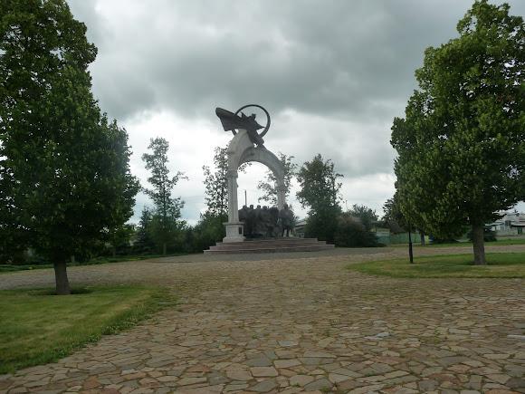 Батурин. Цитадель. Скульптурная композиция «Молитва за Украину»