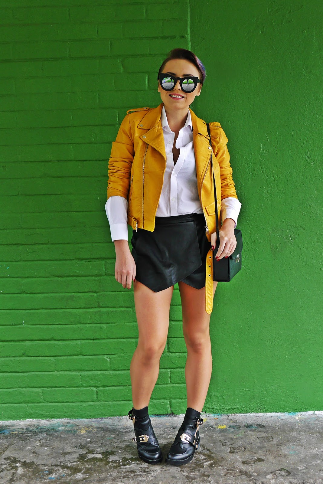 5_yellow_biker_jacket_zara_shorts_white_shirt_renee_cut_out_boots_karyn_blog_modowy_180817