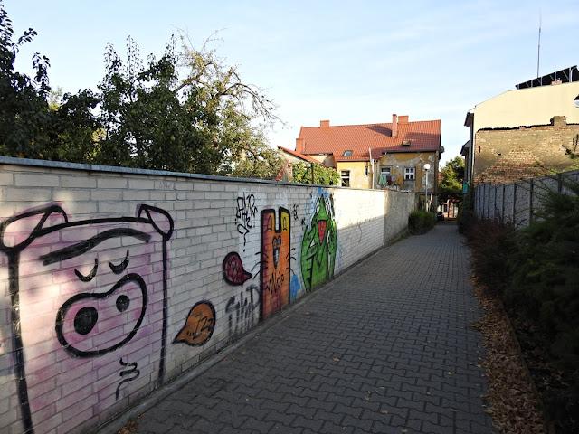wąskie przejście między uliczkami Lubniewic