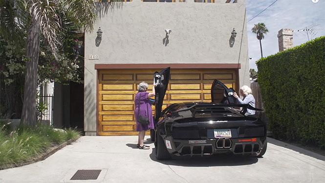 Δυο γιαγιάδες και μια Lamborghini (Video)