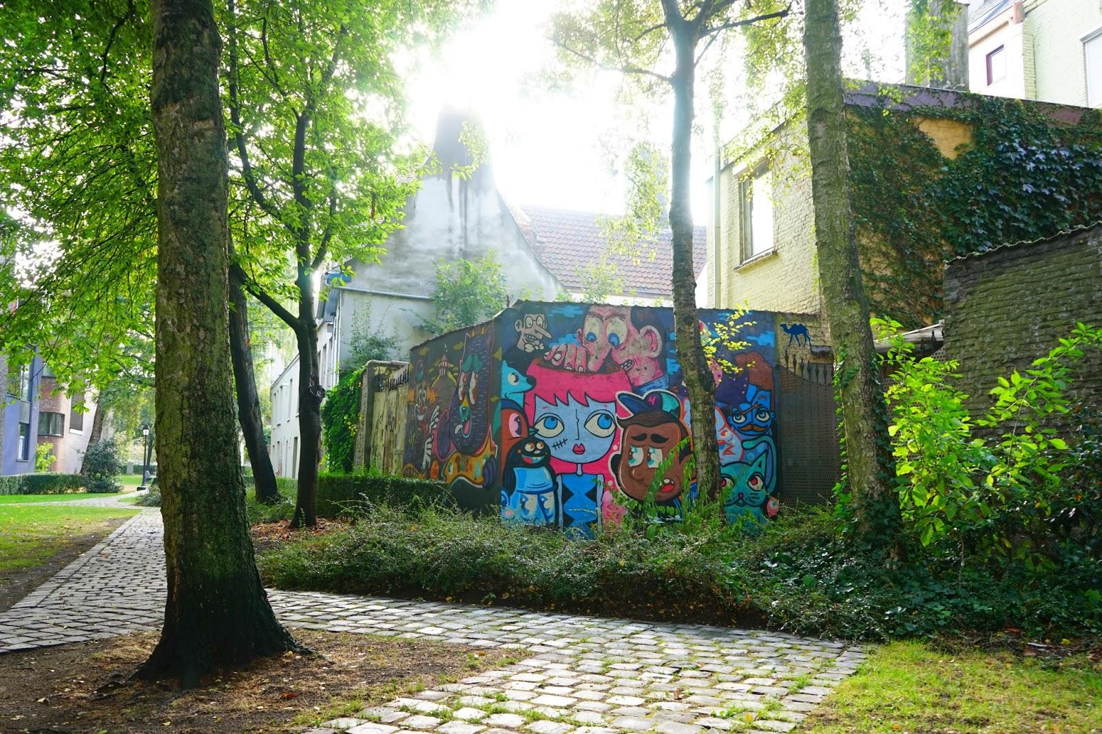 Le Chameau Bleu - Street Art dans la lumière du matin