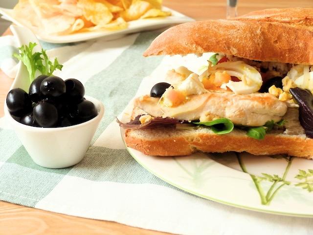 Ensalada de pollo con aceitunas negras en pataqueta