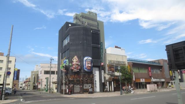 Aomori - Straßenszene mit Eckhaus