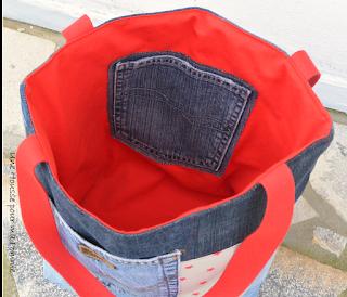 Sac cabaas porté épaules fait de pans de jeans chinés, découpés, réassemblés par mes soins, poche extérieure véritable et appliqué poche en coton écru étoilé sur un coté du sac, gros appliqué étoile sur l'autre coté , intérieur coton rouge vif avec poche provenant d'un pantalon en jeans, anses cotons rouge assortis.  Dimensions : 32 x 26 x 15 cm, anse : 60 cm.