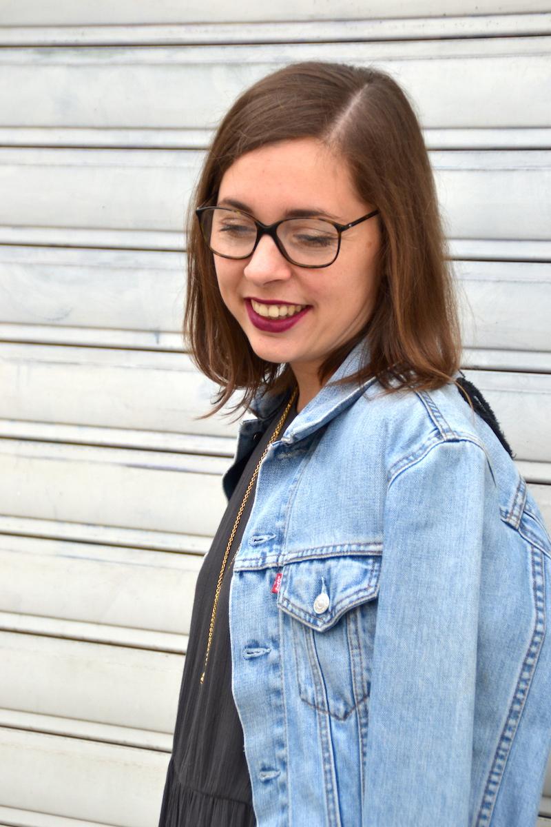 robe grise American Vintage, veste en jean Levi's, rouge à lévre prune