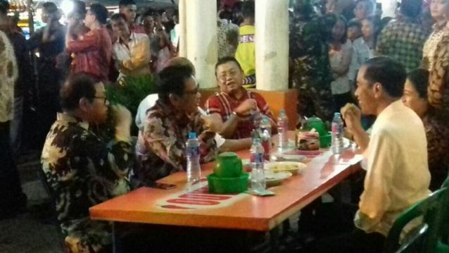Di Singkawang, Jokowi Makan Malam di Pasar Hongkong