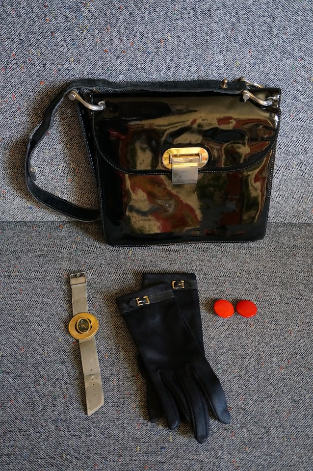 un sac en vinyl , des gants (réquisitionnés par la grande) , une montre , des boucles d'oreille  70s patent shoulder bag , 60s gloves, plastic earrings , 80s watch