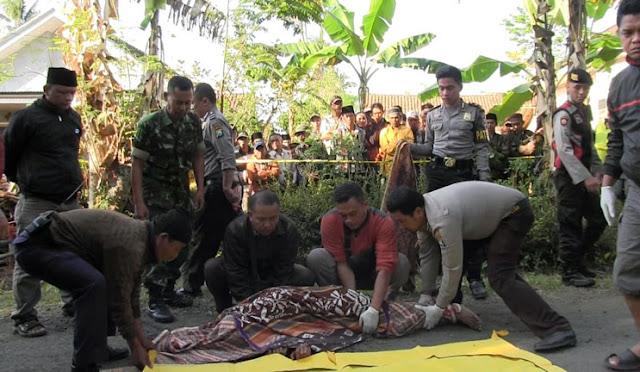 Petugas saat mengevakuasi mayat korban