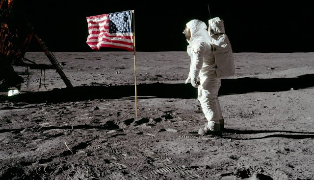 astronot dan bendera Amerika Serikat yang ada di bulan