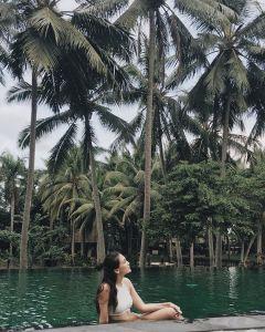 Foto Luna Maya lagi mandi di rawa