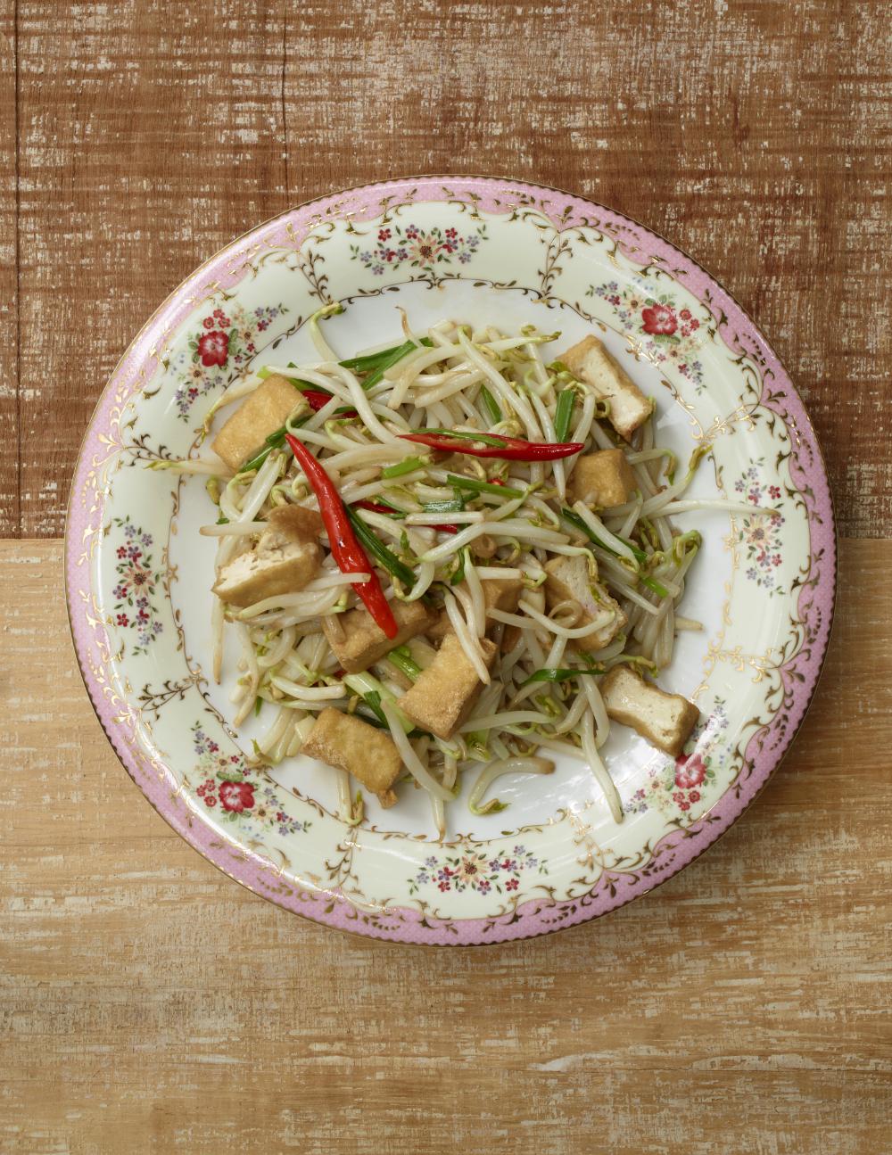 Stir-Fried Tofu with Bean Sprouts. Photography: Jean-Pierre Gabriel für Schnell und Einfach: Thailändische Küche | Arthurs Tochter kocht. von Astrid Paul