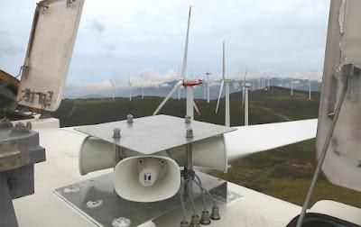 風力発電機に鳥(イヌワシ)の保護対策として鳥対策機を設置