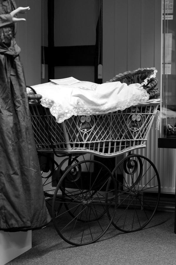 Blog + Fotografie | fim.works | Nachtansichten Bielefeld | Anstalt Bethel | Ausstellung BroSa | antiker Kinderwagen