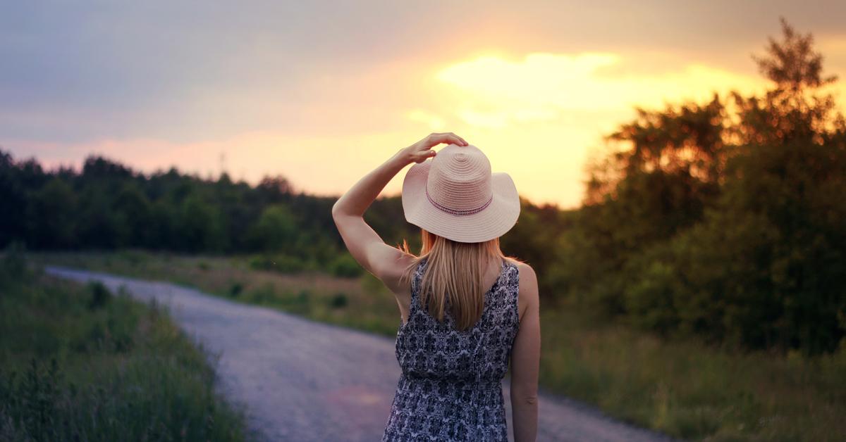 Dziewczyna w kapeluszu - zachód słońca